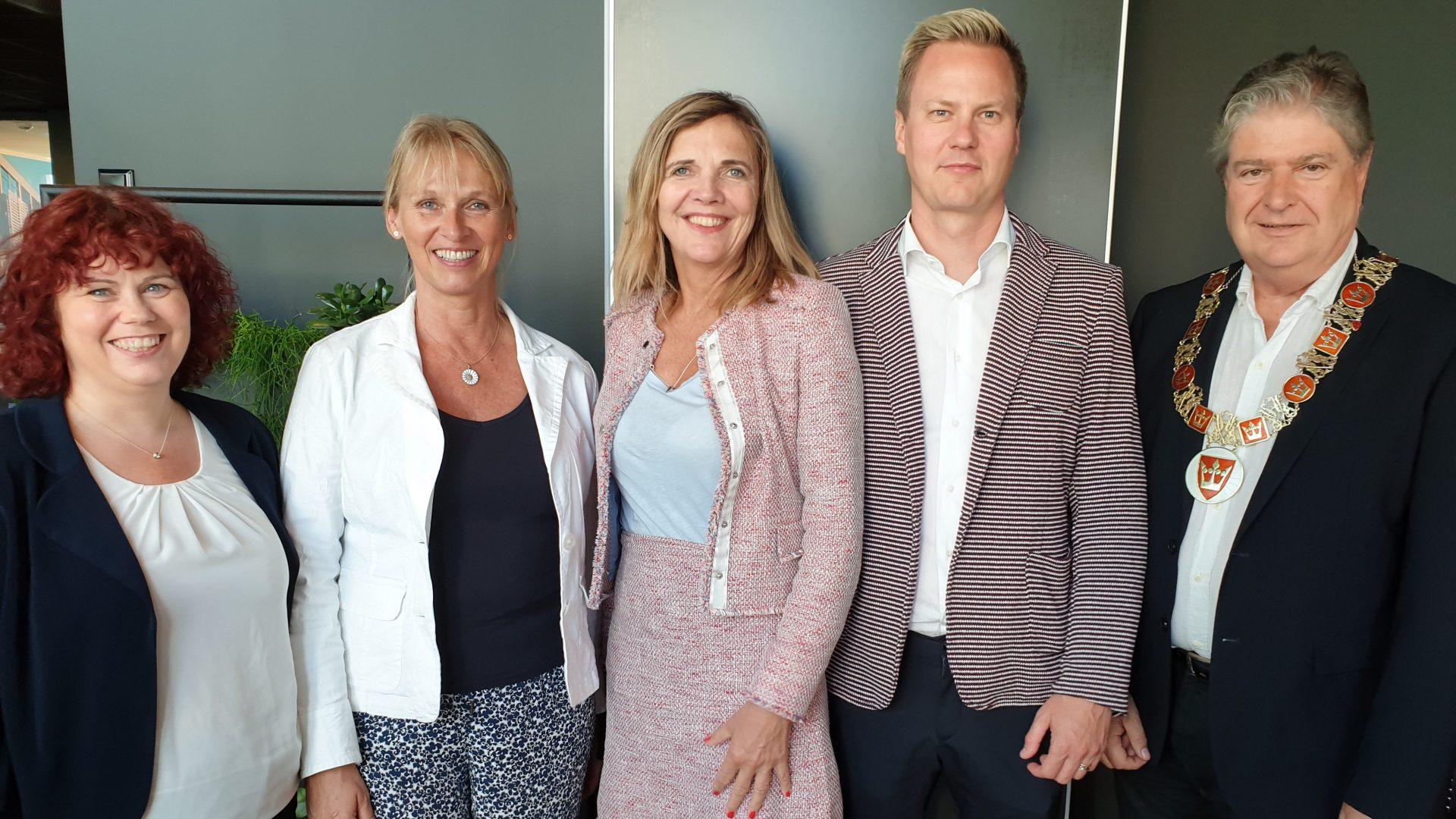 Fra venstre: Karianne Schmidt Vindenes (leder av Vestfoldarkivet), Ingrid Nøstberg (leder av Norsk bergindustriarkiv), Inga Bolstad (riksarkivar), Thor-Anders Lundh Håkestad (ad. dir. i Lundhs AS), Kåre Pettersen (fylkesvaraordfører i Vestfold). FOTO: Hanne Bergby Olsen, Vestfoldmuseene.