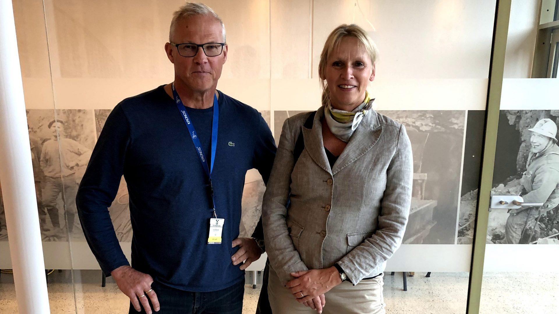 En mann og en dame innendørs