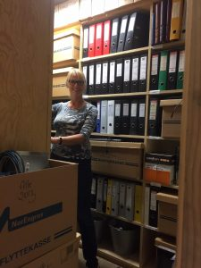 Kvinne i arkivrom
