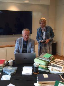 Mann og kvinner ser på arkiv