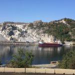 skip ved havn ved steinbrudd i en fjord